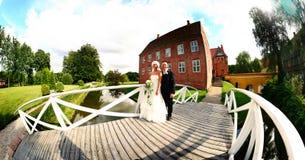Hochzeitspaare panoramisch Lizenzfreies Stockbild