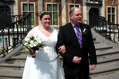 Hochzeitspaare am Rathaus Lizenzfreie Stockbilder