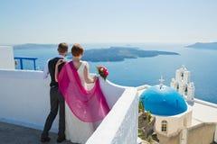 Hochzeitspaare in Santorini, Griechenland Stockbilder