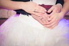 Hochzeitspaarhändchenhalten Stockbilder
