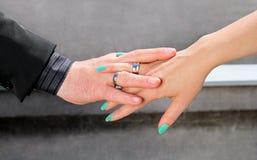 Hochzeitspaarhände mit Eheringe Lizenzfreie Stockfotografie