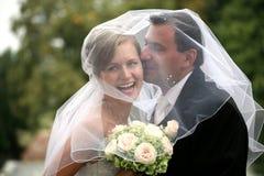 Hochzeitspaarküssen Stockfotos
