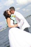 Hochzeitspaarkuß lizenzfreie stockbilder