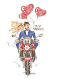 Hochzeitspaarreiten auf einem Motorrad Stockfotos