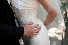 Hochzeitspaarumarmen Stockfotos