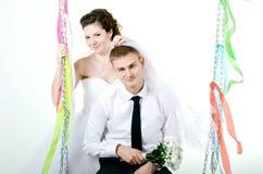 Hochzeitspaarumarmen, stockbild