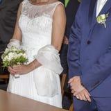 Hochzeitspaarweißes Brautkleid und bleue Anzug Lizenzfreie Stockfotografie