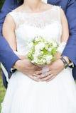 Hochzeitspaarweißes Brautkleid und bleue Anzug Lizenzfreie Stockfotos