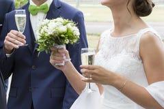 Hochzeitspaarweißes Brautkleid und bleue Anzug mit Champagnerglas Lizenzfreie Stockfotos