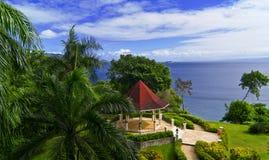 Hochzeitspavillion im tropischen Garten Stockfoto