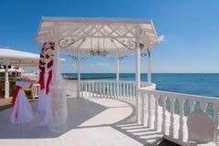 Hochzeitspavillon durch das Meer Stockfotografie
