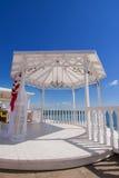 Hochzeitspavillon durch das Meer Lizenzfreie Stockfotografie