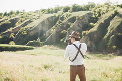 Hochzeitsphotograph macht Fotos der Braut und des Bräutigams in der Natur, Foto der schönen Kunst Lizenzfreies Stockbild