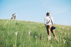 Hochzeitsphotograph macht Fotos der Braut und des Bräutigams in der Natur, Foto der schönen Kunst Stockfotografie