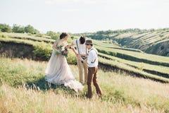 Hochzeitsphotograph macht Fotos der Braut und des Bräutigams in der Natur, Foto der schönen Kunst Stockfoto
