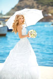 Hochzeitsporträt der eleganten Braut im Freien Schöne Verlobtfrau Lizenzfreies Stockfoto