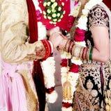 Hochzeitsporträt indische Braut u. des Bräutigamhändchenhaltens lizenzfreies stockfoto