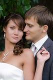 Hochzeitsporträts der Braut und des Bräutigams im Freien stockbild