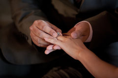 Hochzeitsring auf dem Brautfinger Lizenzfreies Stockbild