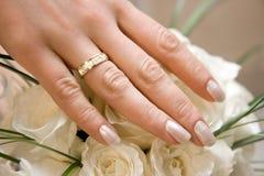 Hochzeitsring auf einer weiblichen Hand Stockbilder