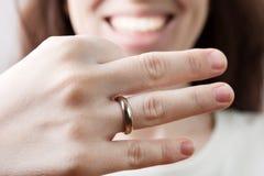 Hochzeitsring auf Frauenfinger Stockfoto