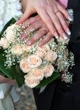 Hochzeitsring mit Blumenstrauß Stockfotografie