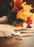 Hochzeitsring mit Blumenstrauß auf Samt Lizenzfreie Stockfotos