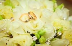 Hochzeitsring- und -roseblumenstrauß Lizenzfreie Stockfotografie
