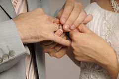 Hochzeitsringaustausch lizenzfreies stockfoto