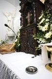 Hochzeitsringe auf Altar Stockfotografie