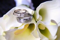 Hochzeitsringe auf Blumenstrauß Lizenzfreie Stockbilder