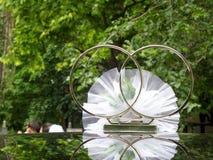 Hochzeitsringe auf dem Dach des Autos Lizenzfreies Stockbild