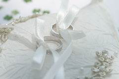 Hochzeitsringe auf dem Kissen Lizenzfreie Stockfotografie