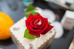 Hochzeitsringe auf der Tabelle Stockfotos