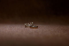 Hochzeitsringe auf dunklem Hintergrund Lizenzfreies Stockfoto