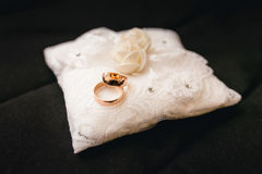 Hochzeitsringe auf einem Kissen Lizenzfreie Stockfotografie