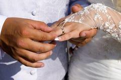 Hochzeitsringe auf Fingern Stockbilder