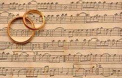 Hochzeitsringe auf Musik Lizenzfreies Stockfoto