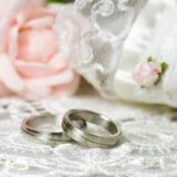 Hochzeitsringe auf nostalgischem Hintergrund Stockbild