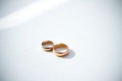 Hochzeitsringe auf Weiß Lizenzfreie Stockfotografie