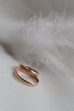 Hochzeitsringe auf Weiß Stockfotografie
