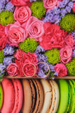 Hochzeitsringe in den Blumen Stockfotografie