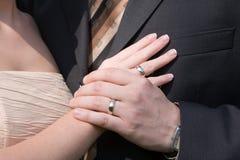 Hochzeitsringe in den Händen stockbilder