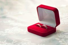 Hochzeitsringe in einem geöffneten roten Kasten lizenzfreie stockbilder