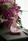 Hochzeitsringe in einem rosafarbenen Kasten Lizenzfreies Stockbild