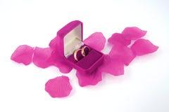 Hochzeitsringe innerhalb eines rosafarbenen Kastens Stockfoto