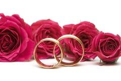 Hochzeitsringe mit Blumen Lizenzfreies Stockbild