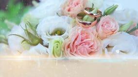 Hochzeitsringe mit Blumen stock footage