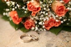 Hochzeitsringe mit Rosen Lizenzfreie Stockbilder