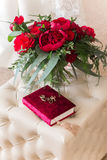 Hochzeitsringe mit Rosen stockfotos